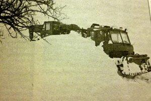 Popri ceste do Valalík uviazla tatrovka a o pár desiatok metrov i vétrieska s drevom.