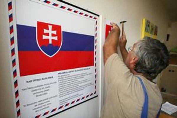 Panel s vlajkou, hymnou a preambulou ústavy zavesili v bratislavskej Základnej škole na Riazanskej ulici včera.