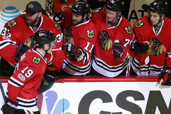 Hokejisti Chicaga Blackhawks porazili na domácom ľade Vancouver 4:2.