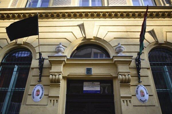 Čierny vlajky na budove Gymnázia Pála Szinyei Merseho