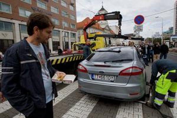 Igor Matovič sa odtiahnutiu svojho auta iba nečinne prizeral.