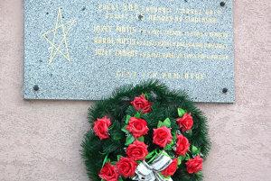 Na súčasnej tabuli chýbajú mená ďalších vojakov, ktorí zahynuli počas vojen.
