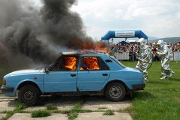 Prievidzskí hasiči hasili auto v oblekoch odolných voči 1200-stupňovým horúčavám.
