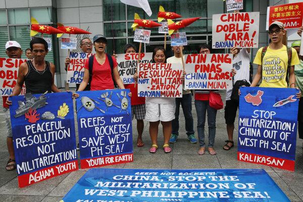 Ekologickí aktivisti demonštrujú pred čínskym konzulátom na Filipínach proti aktivitám Číny v Juhočínskom mori.