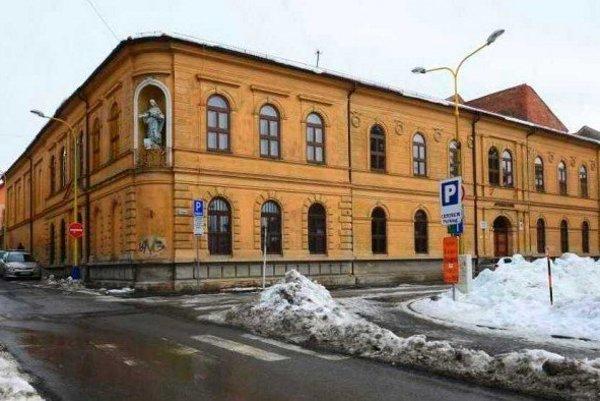 Gymnázium Konštantínova 2 v Prešove. Jeho študenti pomohli prešovskej onkológii.