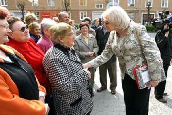 Viera Tomanová sa tvári, že názor starších ju zaujíma.