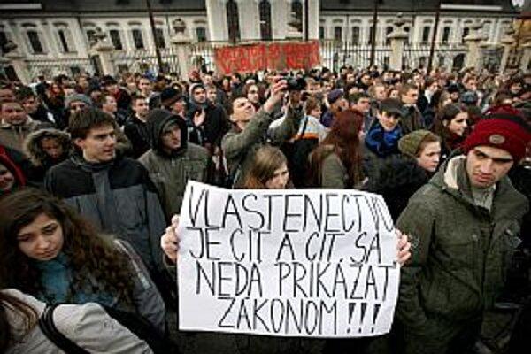 Proti vlasteneckému zákonu už v marci protestovalo približne tisíc študentov.