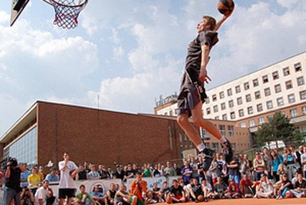 Na Streetball tour pravidelne býva veľkým lákadlom pre divákov súťaž v smečovaní.