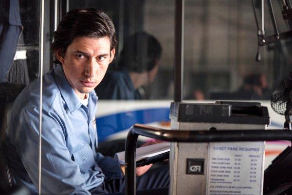 Adam Driver ako Paterson riadiaci autobus v štvrti Paterson vo filme Paterson.