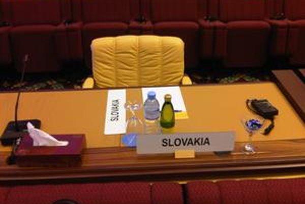 Na slovenskom stole usporiadatelia pripravili minerálky, zariadenie na tlmočenie aj vreckovky. Hosť chýbal.