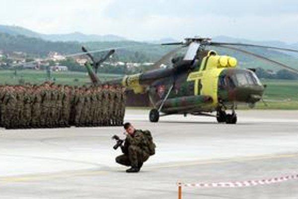 Vojakov postavili do pozoru, ukázali vrtuľníky. Stíhačky iba preleteli vzduchom.