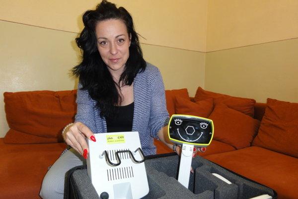 Šéfka nitrianskeho krajského strediska únie nevidiacich Petra Ajdariová s prístrojom, ktorým únia vyšetruje zrak škôlkarom.