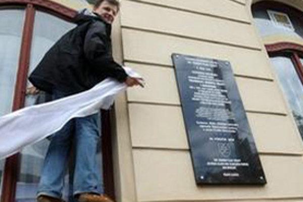 """Občiansky aktivista Alojz Hlina pomohol Slotovi so slovami, že """"pamätné tabule môžu odhaľovať len slobodní ľudia."""""""
