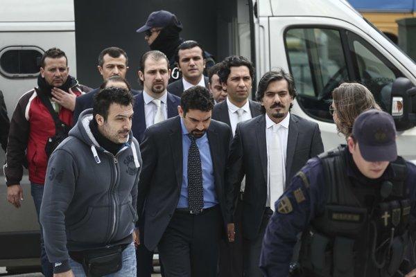 Tureckí vojaci pri ceste na pojednávanie.