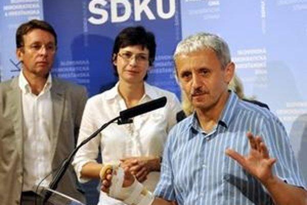 Na rokovanie o vláde by nemala prísť volebná líderka najsilnejšieho opozičného subjektu Iveta Radičová. Pozvánku od Gašparoviča dostal jej stranícky šéf Mikuláš Dzurinda.