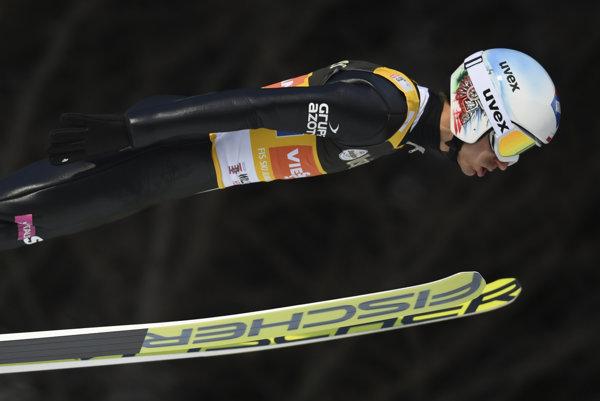 Líder Svetového pohára Kamil Stoch predvádza svoj skok v rámci súťaže družstiev. Aj on prispel k triumfu poľského družstva.