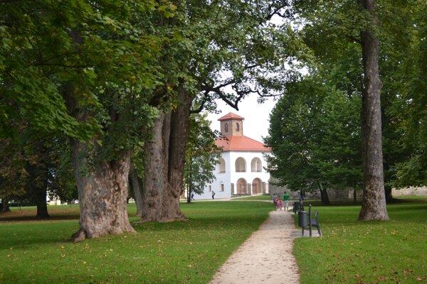 Centrom Budatínskeho parku je hrad a unikátna baroková kaplnka.