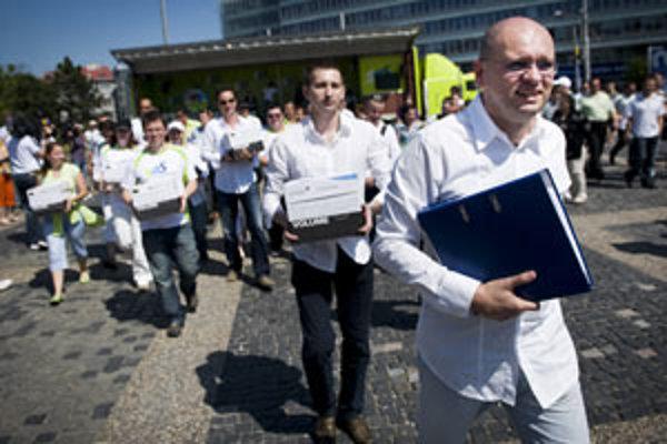 Naplniť škatule podpismi sa SaS Richarda Sulíka podarilo, teraz musí dostať voličov do referendových miestností.