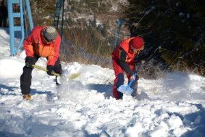 Záchranári vakcii. Martin Nemec (vľavo) skolegom vykopáva hľadané vzorky.