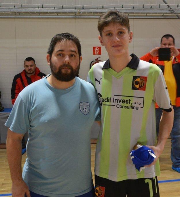 Najviac gólov na turnaji dosiahol Patrik Čičmanec (vpravo) z klubu Nedožery-Brezany B. Cenu mu odovzdáva tréner Šimonovian a zároveň hlavný organizátor turnaja Štefan Bilas.