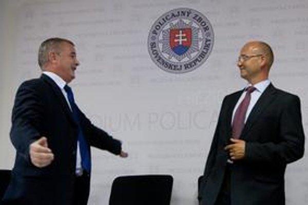 Vystriedali sa s úsmevom. Policajný prezident Ján Packa (vľavo) v pondelok odišiel do dôchodku, kanceláriu aj prezídium odovzdal Jaroslavovi Spišiakovi.