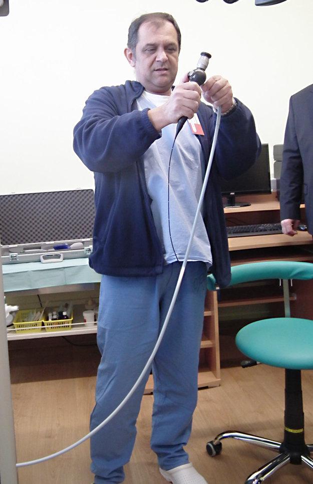 Primár Peter Rác ukazuje prístroj, ktorým vyšetrujú nosné dutiny u detí.