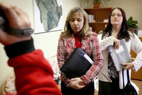 Na porušenie jazykového zákona sa šéfka odboru ministerstva Elena Kačalová (v strede) prišla pozrieť do Klasova osobne.