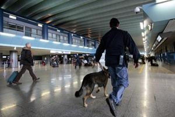 Bezpečnostné opatrenia sa na letiskách sprísnili po neúspešnom pokuse o atentát na linke z Amsterdamu do Detroitu. U nás policajti pripravili bezpečnostnú akciu, pri ktorej zlyhali.