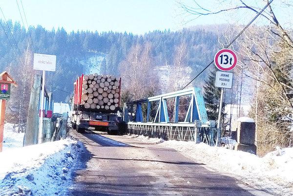Pre vozidlá, ktoré jazdia po moste, je nedostačujúca.