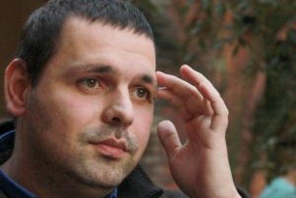Narodil sa v roku 1981 v Prahe. Maturoval v Prahe, na Slovensku vyštudoval teológiu na Rímskokatolíckej cyrilometodskej bohosloveckej fakulte Univerzity Komenského v Bratislave. V roku 2009 bol vysvätený za kňaza. Medzi jeho záujmy patrí najmä literatúra.