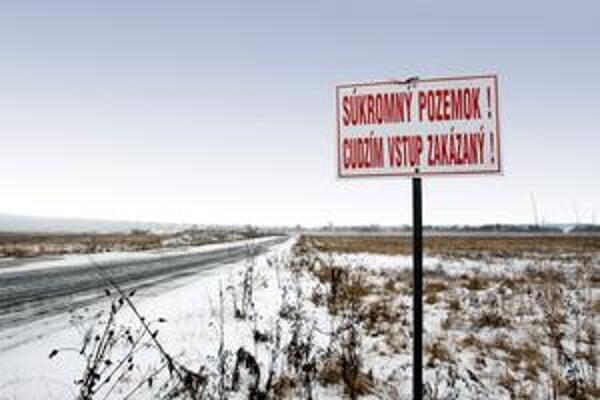 Pozemky v Starej Lesnej sa namiesto k reštituentom dostali k súkromnej firme.