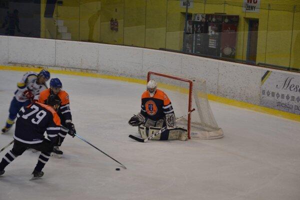 Dubničania (v oranžovo čiernom)bez väčších problémov vyhrali prvý zápas v play off.