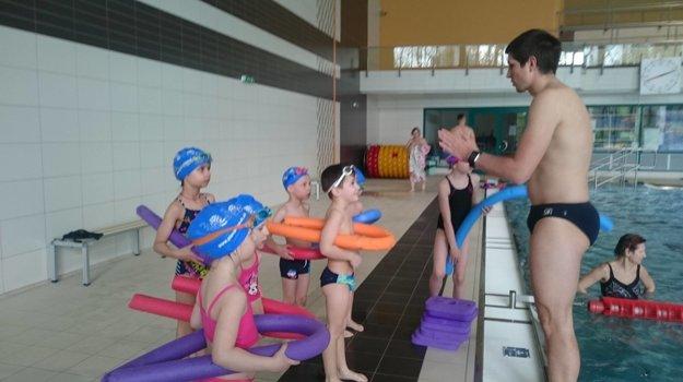 Deťúrence pri jednom z tréningov pozorne počúvajú svojho trénera