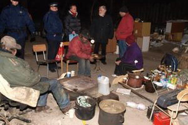 Mestská polícia v Petržalke roznáša čaj a teplé ponožky.