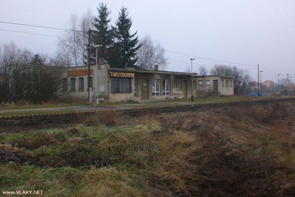 Túto budovu zastávky v Staškove plánujú ŽSR zbúrať.