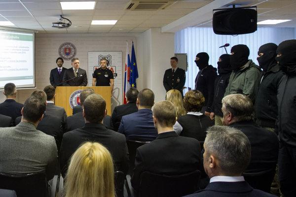 Jednotku boja proti terorizmu a extrémizmu predstavil premiér Robert Fico s ministrom vnútra Robertom Kaliňákom pred médiami. Viacerí elitní policajti pri tom mali na hlavách kukly.