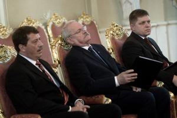 Pri odpočte pôsobenia vlády vládla medzi najvyššími ústavnými činiteľmi zhoda. Šéf parlamentu Pavol Paška povedal, že efektívna spolupráca vlády a parlamentu priniesla stabilitu, prezident Ivan Gašparovič spomenul, že v zahraničí počúva na Slovensko len c
