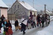 Detský folklórny súbor Leváranek počas Fašaiangov vo Veľkých Levárov.