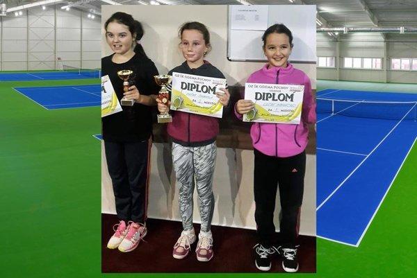 Medailistky na turnaji dievčat do 10 rokov v Púchove. Vpravo víťazka Lucka Hradecká.