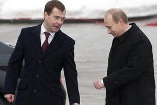 Dmitrij Medvedev (vľavo) a Vladimir Putin.