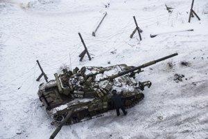 Tank ukrajinskej armády medzi domami na sídlisku v meste Avdijivka na východe Ukrajiny.