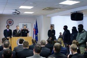Fico, Kaliňák a Gašpar prezentujú Národnú jednotku boja proti terorizmu a extrémizmu.