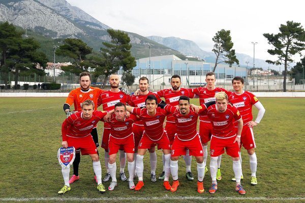 Základná zostava FC ViOn v piatkovom zápase - stoja zľava: Holec, Kapor, Boszorád, Nurkovič, Karlík, Chren, dolu zľava Orávik, Bariš, Kostadinov, Mateus, Gešnábel.