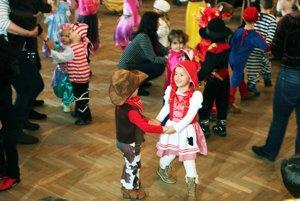 Na karnevale sa zabávali deti v rôznych maskách.
