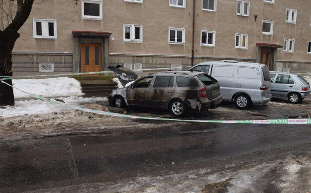 Autá okolo sa hasičom podarilo ochrániť.