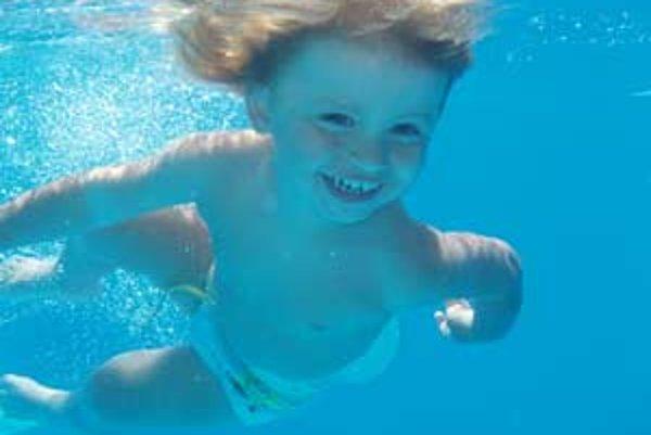 Novorodenecké a dojčenské plávanie je čoraz populárnejšie aj na hornej Nitre.