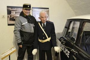 Ivan Lučanský pri postavičke slávneho komika v kežmarskom múzeu.