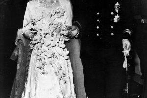 Na archívnej snímke z 20. novembra 1947 vychádza britská princezná Alžbeta z londýnskeho Westminster Abbey, sprevádzaná svojím manželom Philipom, vojvodom z Edingurghu po ich sobášnom obrade.