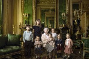 Oficiálna fotografia panovníčky s pravnukmi a pravnučkami vydaná pri príležitosti jej 90. narodenín v roku 2016.