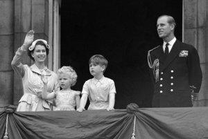 Na archívnej snímke z 15. mája 1954 britská kráľovná Alžbeta II. a princ Philip so svoji deťmi princom Charlesom a princeznou Annou mávajú z balkóna Buckinghamského paláca v Londýne.